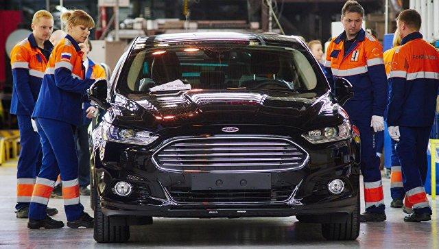 Рабочие на линии окончательной сборки на заводе Ford Sollers во Всеволожске Ленинградской области