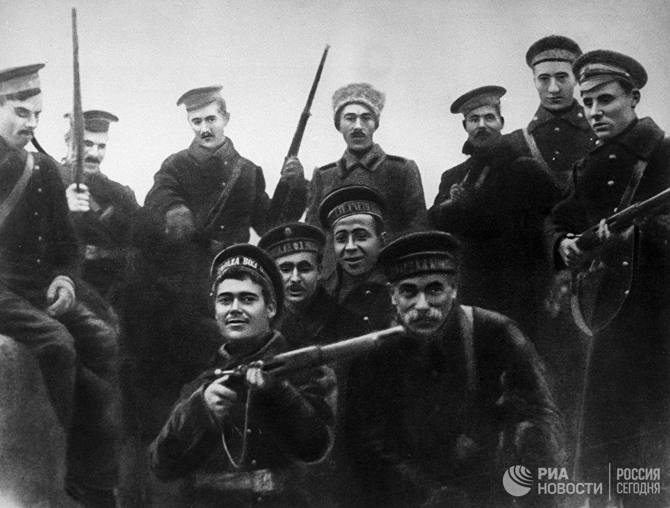 Матросы-балтийцы, участники штурма Зимнего дворца в Петрограде в октябре 1917 года