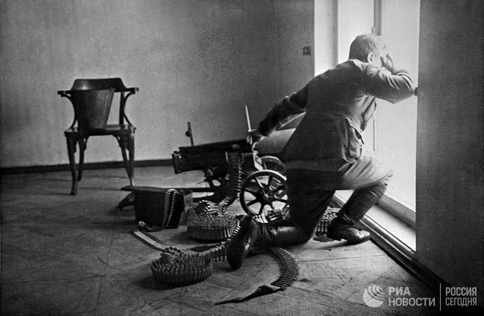 Пулеметчик на защите Зимнего дворца. Октябрьские дни 1917 года