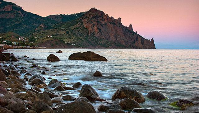 Вид на горный вулканический массив Карадагского природного заповедника со стороны поселка Курортное в Крыму. Архивное фото
