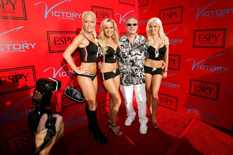 Основатель журнала Playboy Хью Хефнер с подругами на вечеринке ESPY Awards в Особняке Playboy. 12 июля 2005
