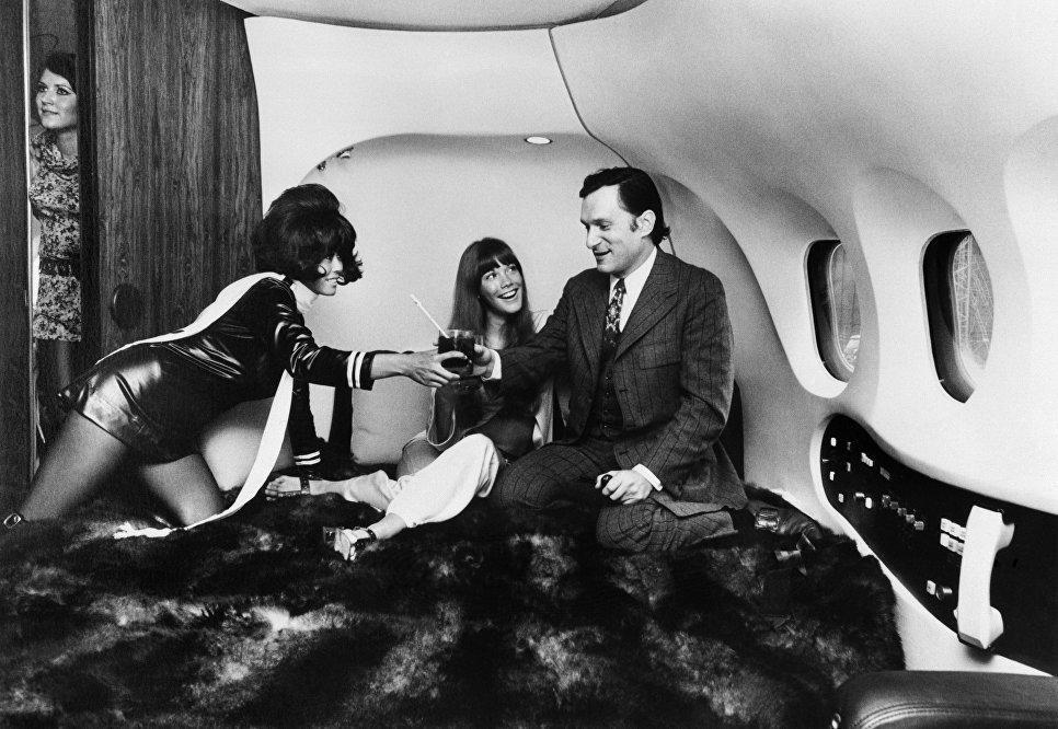 Хью Хефнер с актрисой Барбарой Бентон на борту самолета Playboy Big Bunny. 30 августа 1970