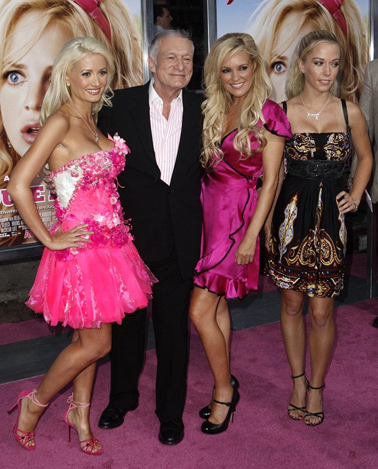 Холли Мэдисон, Хью Хефнер, Бриджит Марквардт и Кендра Уилкинсон на премьере фильма  Мальчикам это нравится в Лос-Анджелесе.  20 августа 2008