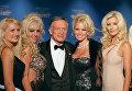 Хью Хефнер с девушками в Friars Club в Нью-Йорке, 29 сентября 2001