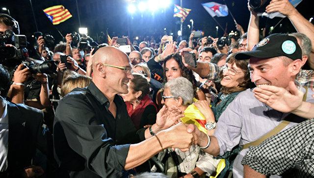 Лидер коалиции Junts pel Si Рауль Ромева приветствует сторонников после закрытия избирательных участков на выборах в Каталонии