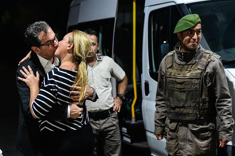 Журналист турецкой оппозиционной газеты Кумхуриет целует свою жену после освобождения из тюрьмы в Стамбуле