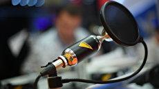 Микрофон в студии радио. Архивное фото