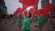 Участники пропагандистского творческого коллектива выступают у центрального железнодорожного вокзала Пхеньяна, КНДР. Архивное фото