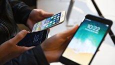 Новые смартфоны iPhone 8 и iPhone 8 Plus представлены на продажу в торговом центре ГУМ. 29 сентября 2017
