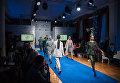 Показ моделей одежды российских дизайнеров в рамках первой Всероссийской ярмарки одежды, обуви и текстиля