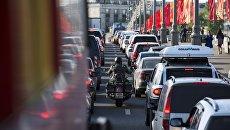 Автомобильная пробка на одной из дорог Москвы. архивное фото