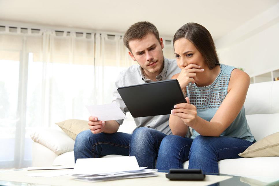 Пара проверяет банковские документы