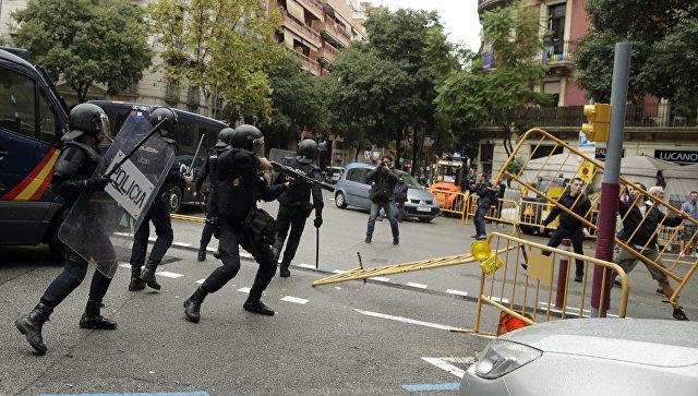 Столкновения с испанскими полицейскими в Барселоне, Испания. 1 октября 2017
