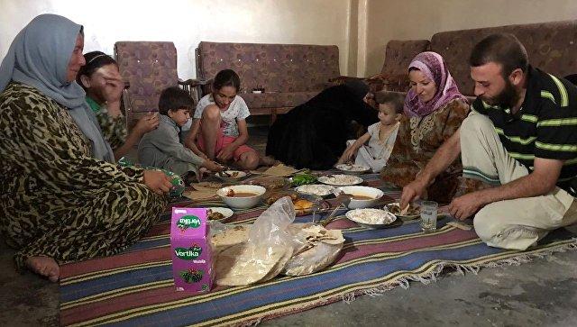 Семья во время обеда в своем доме в Дейр-эз-Зоре
