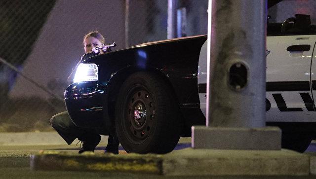 Сотрудница полиции на месте стельбы у казино Mandalay Bay в Лас-Вегасе, США. 2 октября 2017