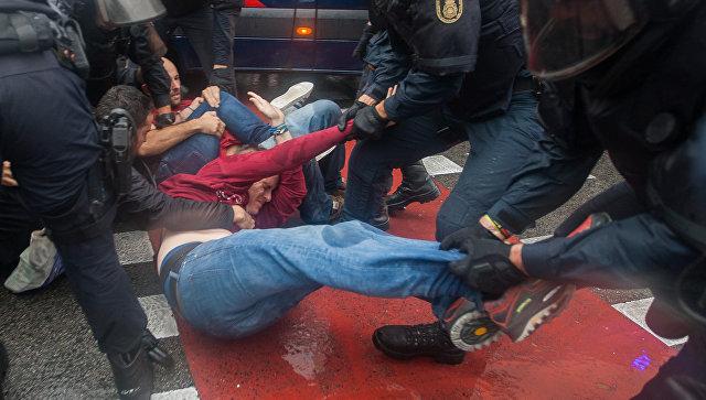 Столкновения у избирательных участков в ходе референдума о независимости Каталонии. Архивное фото
