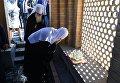 Патриарх Московский и Всея Руси Кирилл во время посещения источника у гробницы пророка Даниила в Самарканде