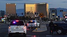 Полиция на дороге, ведущей к отелю и казино Mandalay Bay в Лас-Вегасе