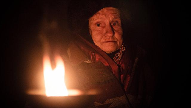 Жительница поселка Марьинка Донецкой области в бомбоубежище. Архивное фото