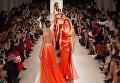 Модели на показе новой коллекции модельера Валентина Юдашкина на Неделе моды в Париже