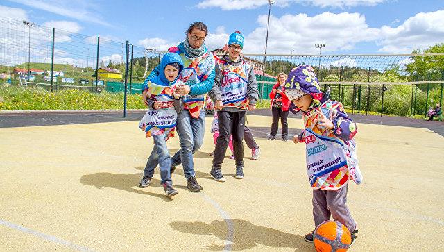 Дети сограниченными возможностями потренируются сфутболистами сборной Российской Федерации