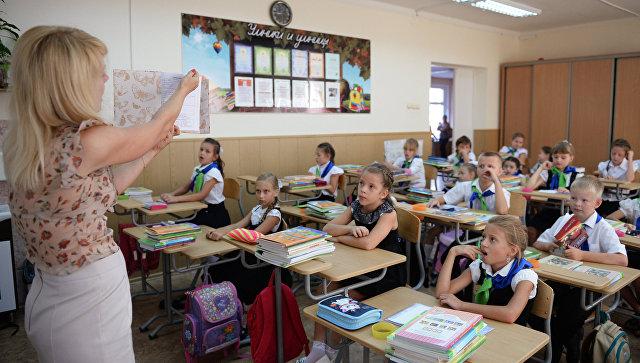 Ученики 3-го класса на уроке в гимназии во время Дня знаний в Сочи