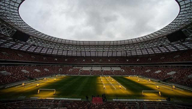 Система искусственного освещения, предназначенная для ухода за натуральным газоном, на стадион Лужники. 5 октября 2017. Архивное фото