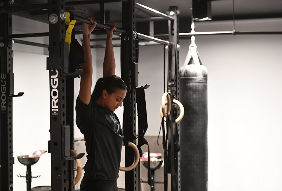 Девушка во время тренировки по боксу в спортивном клубе города Джидда, Саудовская Аравия