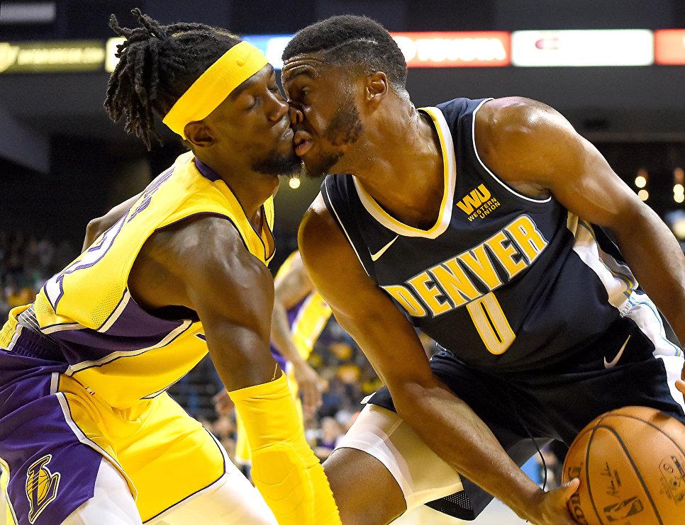 Баскетболисты Брайант Уэбер и Эммануэль Мудиай во время игры в Калифорнии