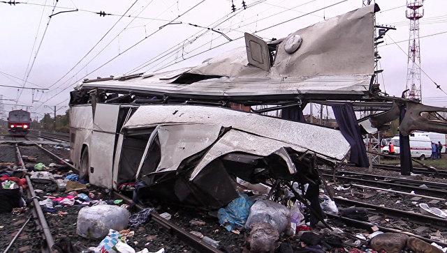 Фрагмент пассажирского автобуса, столкнувшегося c поездом на железнодорожном переезде неподалеку от станции Покровка во Владимирской области. 6 октября 2017
