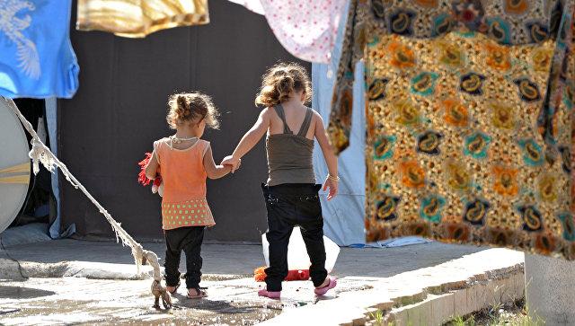 Сирийские девочки в лагере беженцев