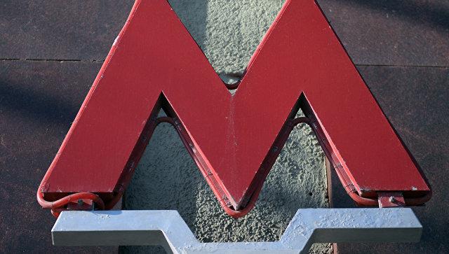 Логотип Московского метрополитена на входе на станцию Театральная