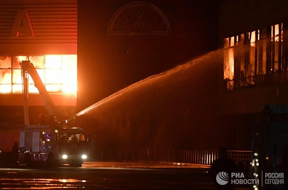 Сотрудники пожарной охраны МЧС РФ во время тушения пожара на строительном рынке Синдика. 8 октября 2017