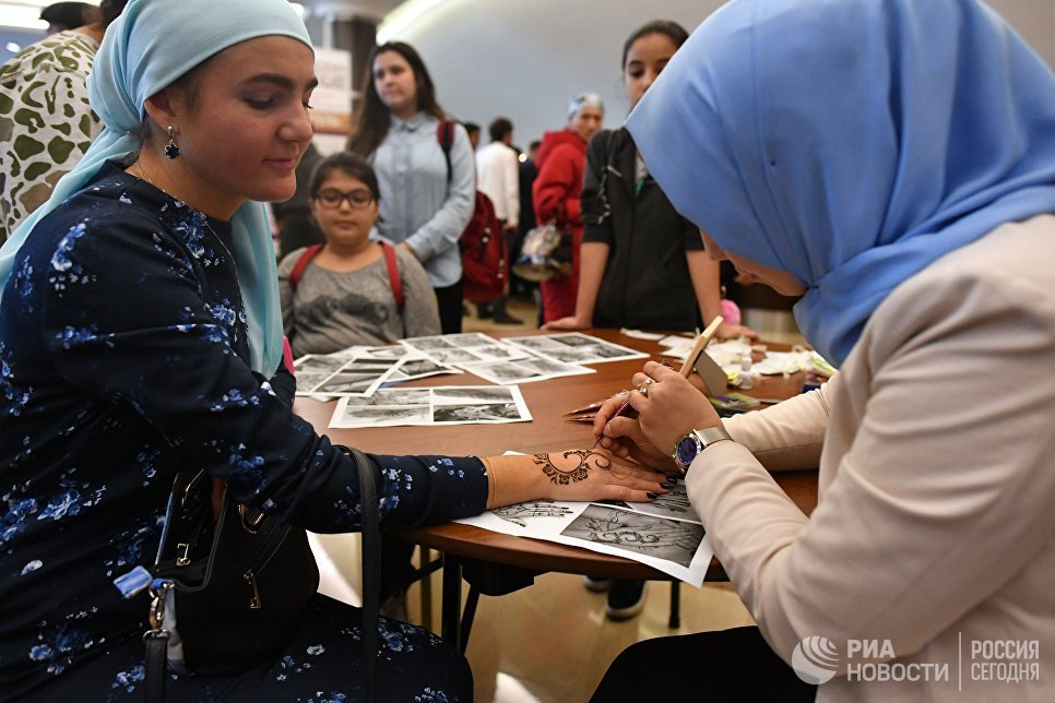 Посетитель на XVIII Московском Международном конкурсе чтецов Корана в Москве