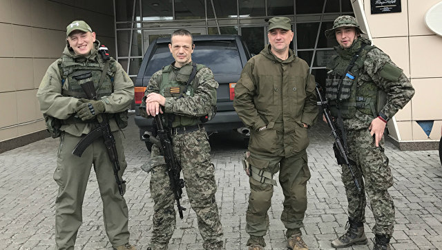 Майор армии ДНР, заместитель командира разведывательно-штурмового батальона Захар Прилепин (второй справа) и военнослужащие батальона, военный объект Прага, Донецк