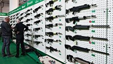 Посетители у стенда с огнестрельным оружием на выставке Оружие и безопасность в Киеве