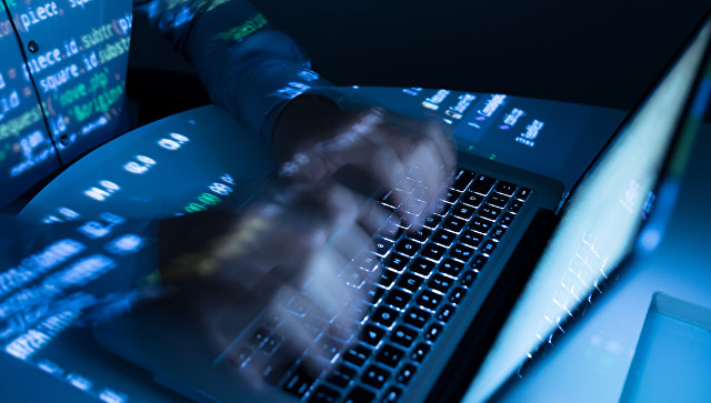 Мужчина работает на ноутбуке. Архивное фото.