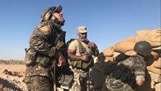 Бойцы сирийской армии во время наступления к востоку от города Дейр-эз-Зор. Архивное фото
