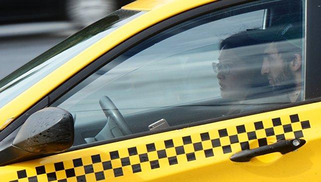 Водитель и пассажир такси. Архивное фото