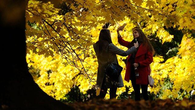 Девушки фотографируются в Коломенском парке в Москве. Архивное фото