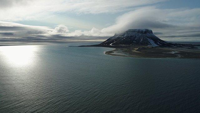 Скалистая гора на острове Белл архипелага Земля Франца-Иосифа