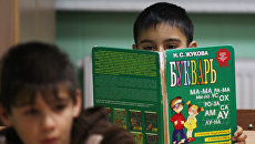 Ученики на уроке чтения в начальной школе. Архивное фото