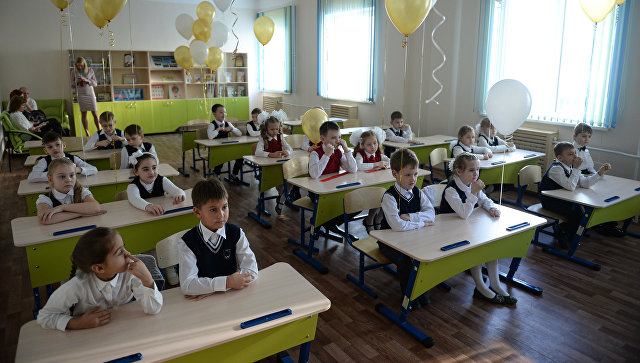 Школьники во время уроков в средней общеобразовательной школе. Архивное фото