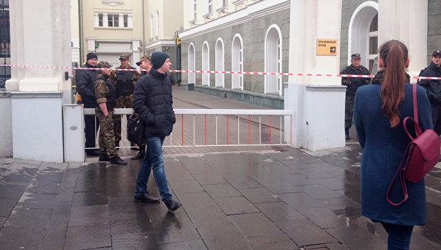 В Российской Федерации из-за звонка обомбе эвакуировали все кабинеты одного избанков