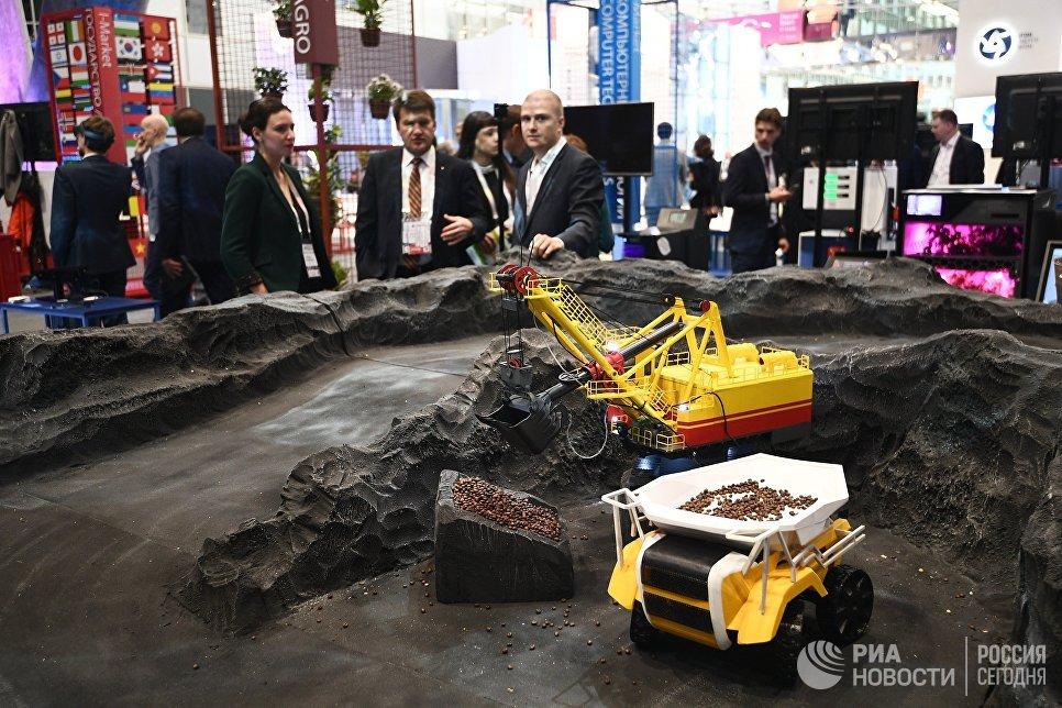 Посетители на выставке, проходящей в рамках международного форума Открытые Инновации- 2017  в Москве. 16 октября 2016