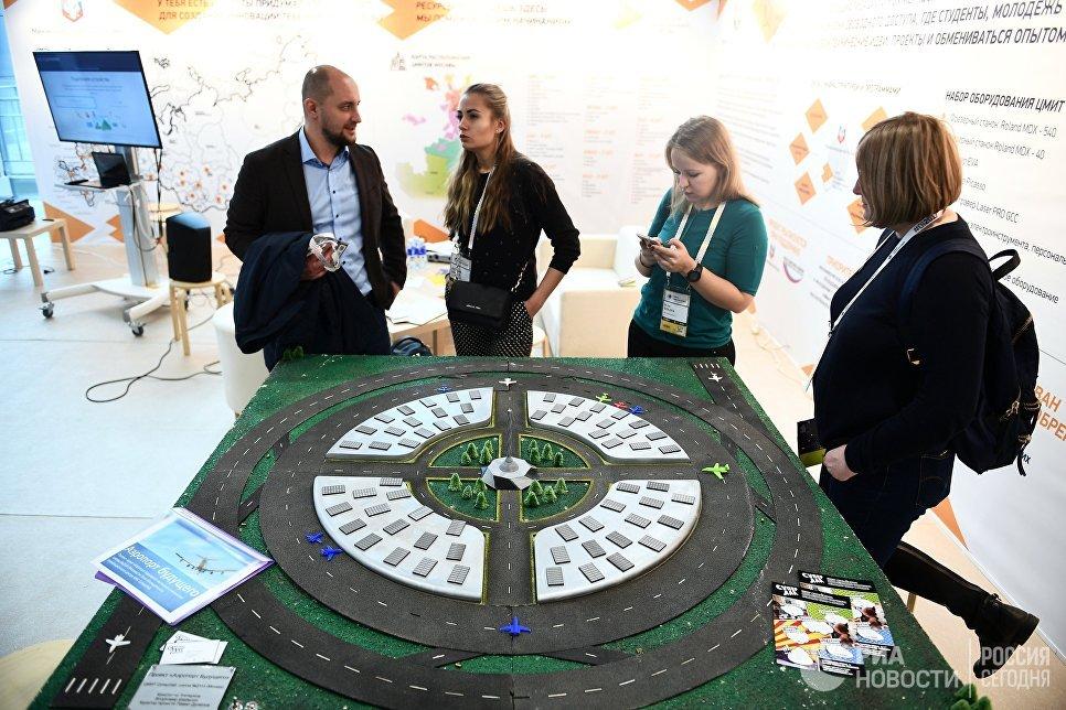 Проект Аэропорта будущего, созданный ЦМИТ СуперЛаб (школа №2114), на выставке в рамках международного форума Открытые Инновации- 2017  в Москве. 16 октября 2017