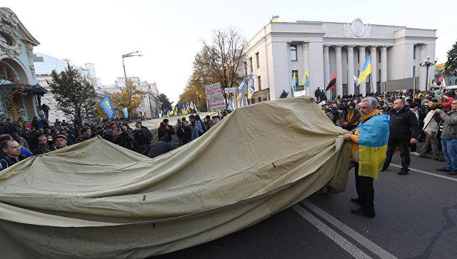 Несколько сотен протестующих остались ночевать в палаточном городке у Рады