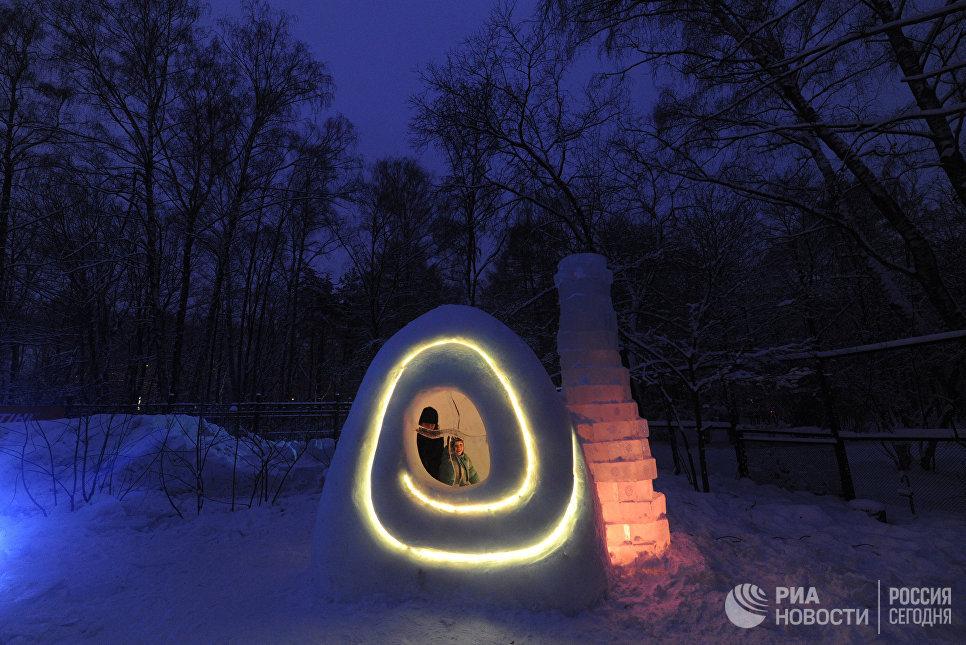 Дети играют в снежном городке