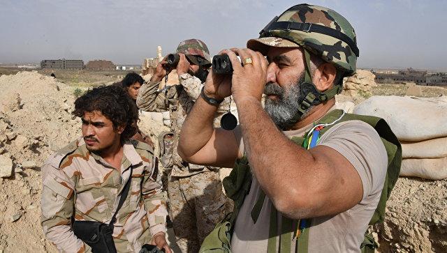 Генерал Исама Захреддин на передовых позициях на окраине Дейр-эз-Зора. Архивное фото