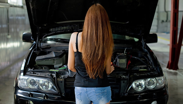 Девушки стоят около машины видео 5 минут
